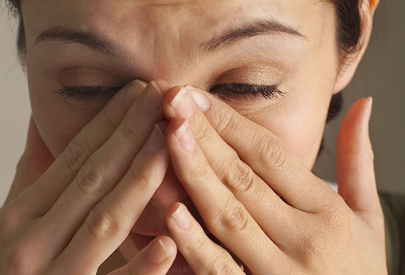 Сильно свербит в носу чихание. щекочет в носу и чихаю что делать. почему появляется зуд в носу, чиханье и насморк. сильный зуд в носу лечение. способы как избавиться. у ребенка слезятся глаза и текут сопли, может быть причина – синусит
