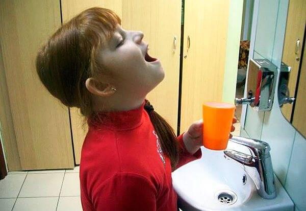 Как полоскать больное горло ромашкой