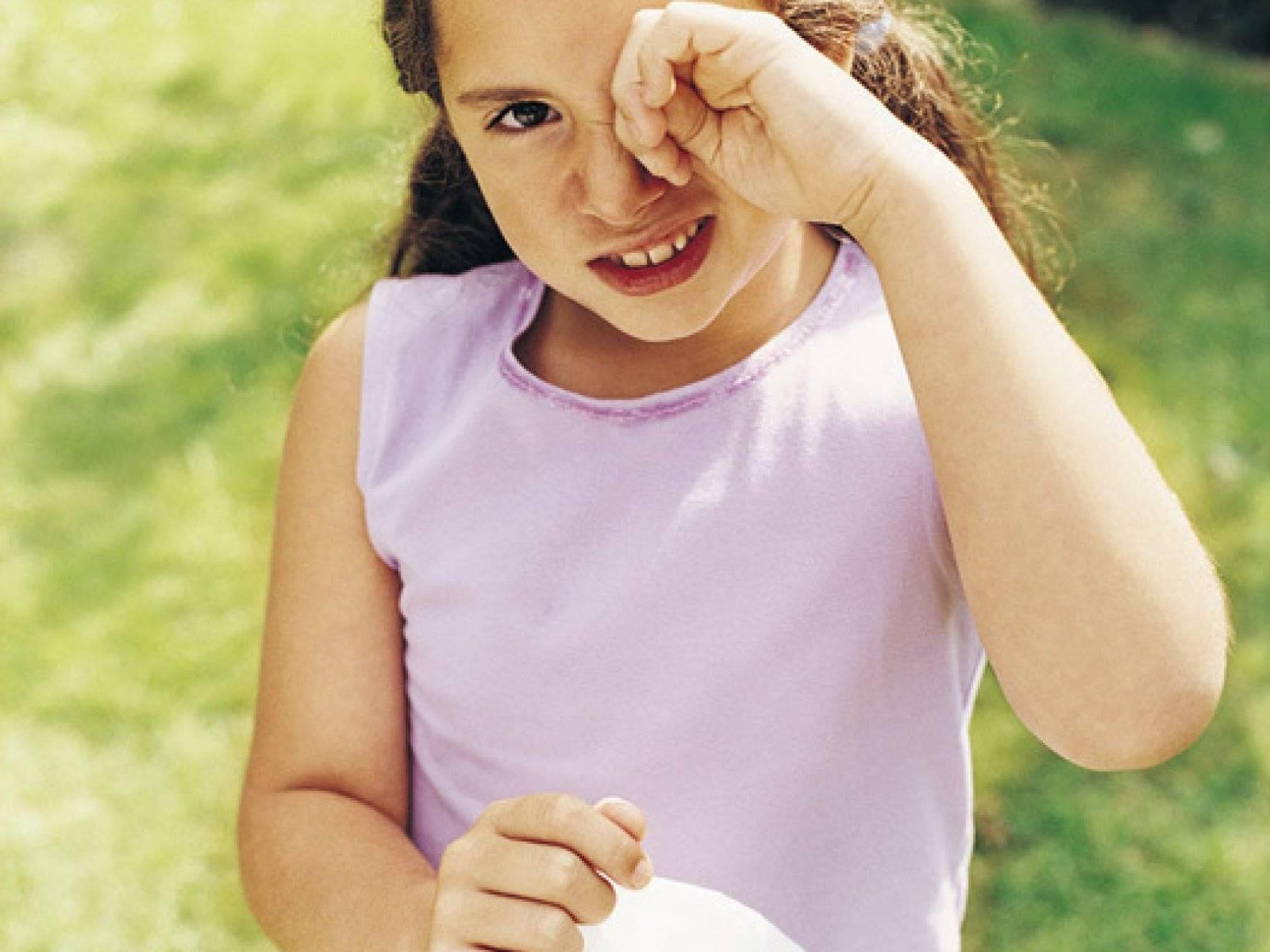 Что делать, если ребёнку попал песок в глаза