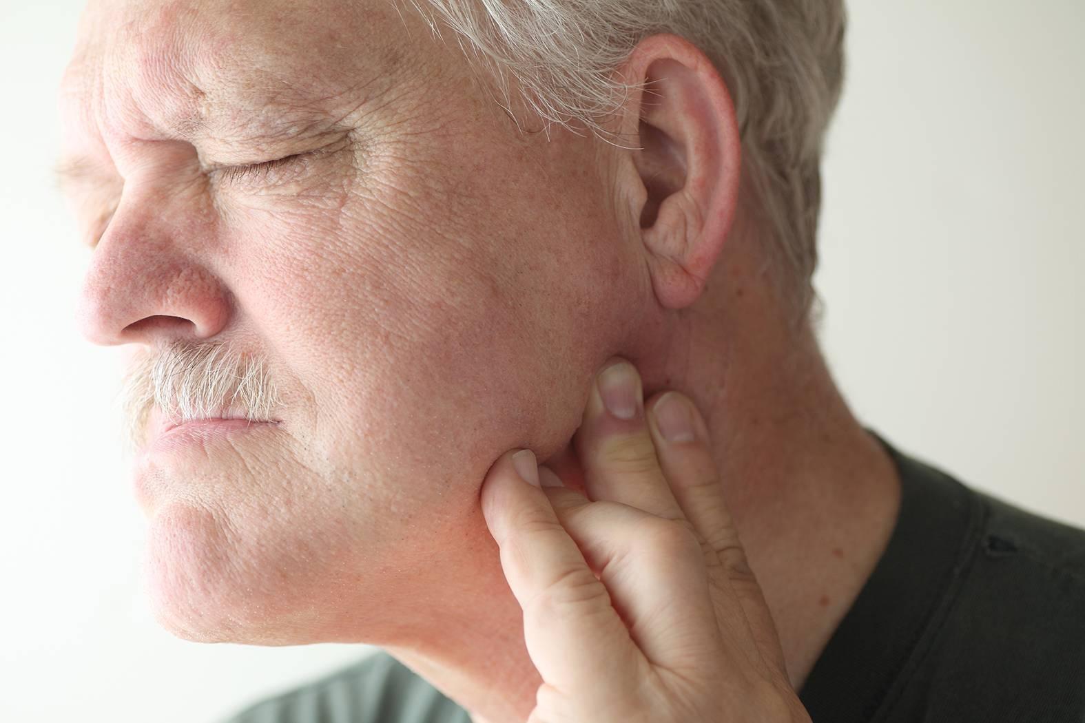 болит ухо больно жевать