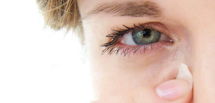 чешется уголок глаза