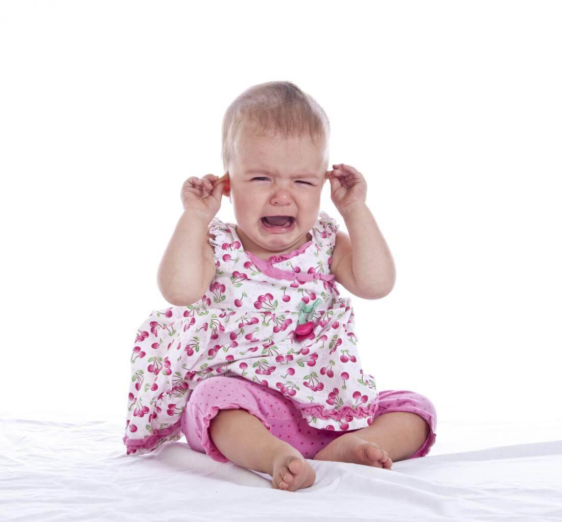 Как узнать что у грудничка болит ухо