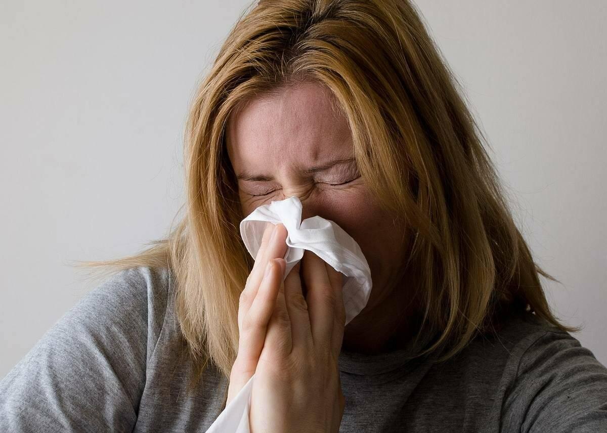 Почему при насморке возникает чихание и как его остановить