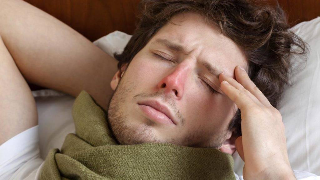 Болит голова и горло температуры нет
