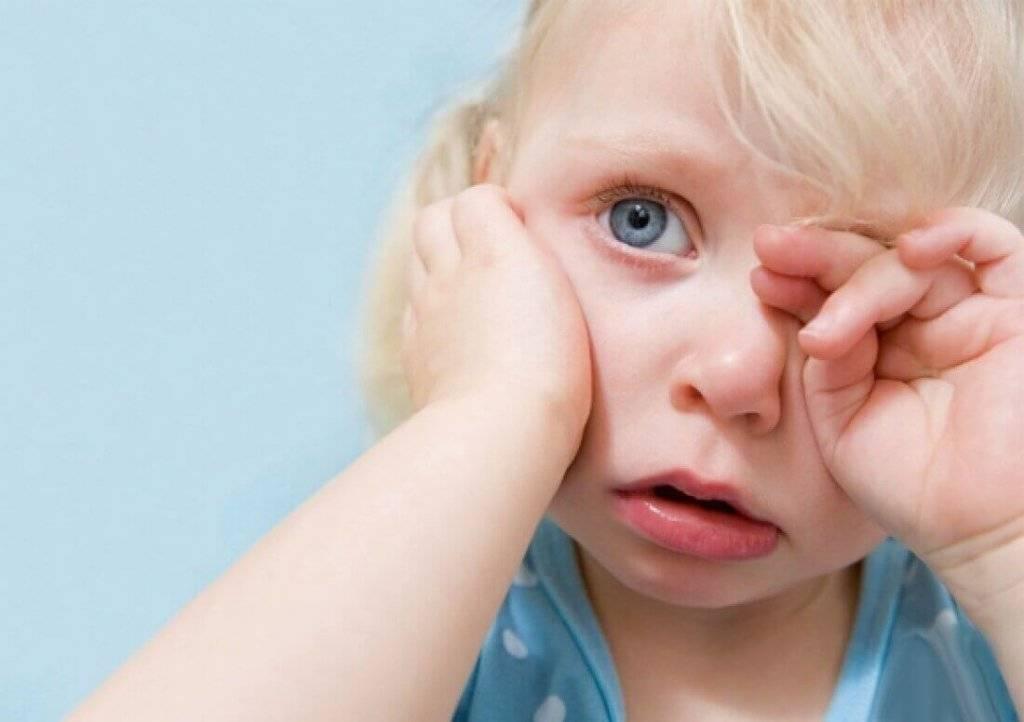 У ребенка слезятся глаза и насморк