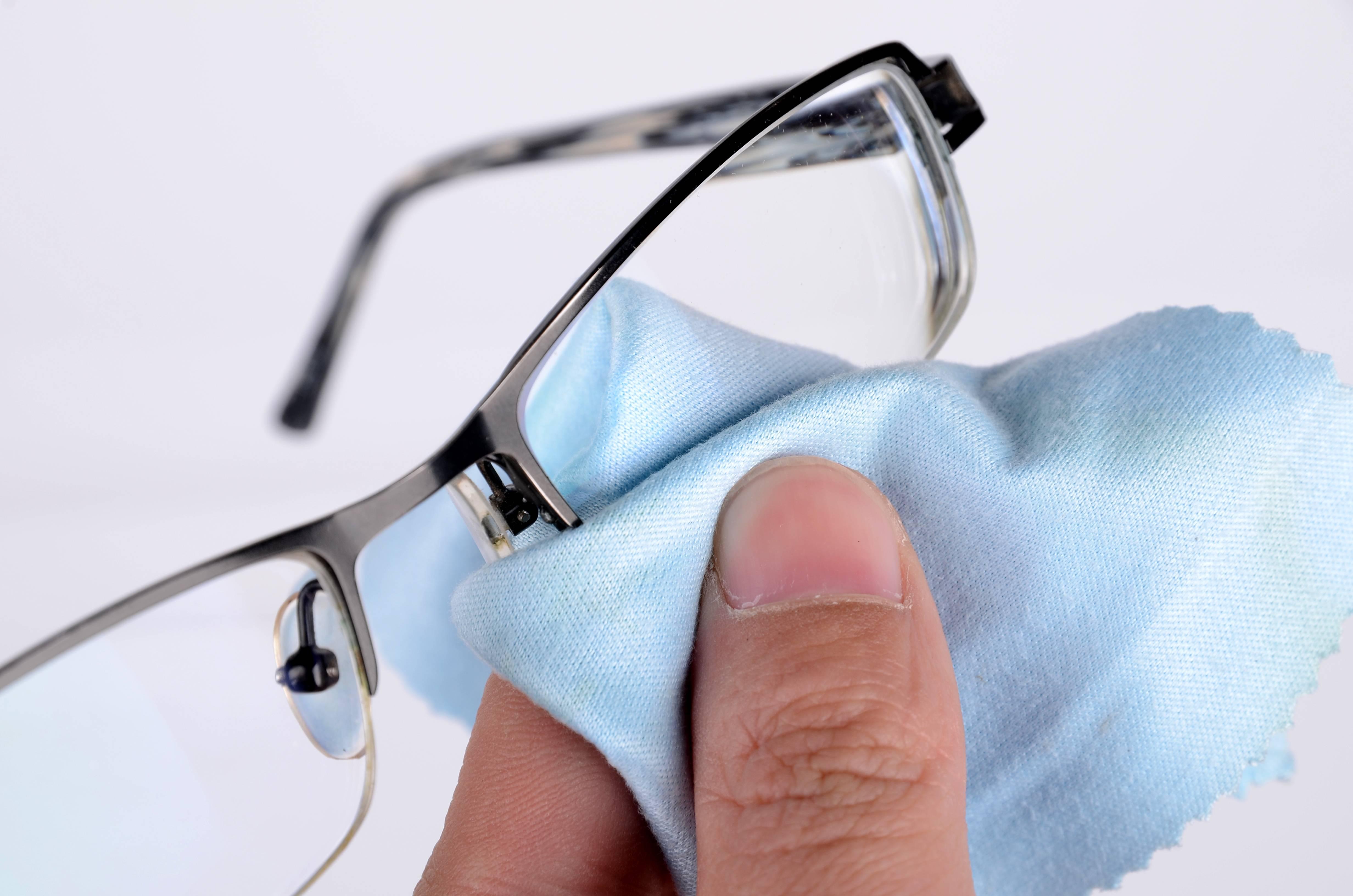 Как почистить стекла очков в домашних условиях?