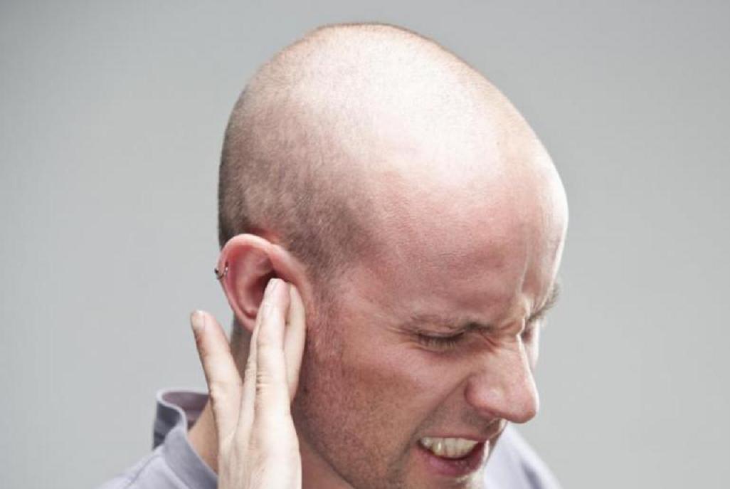 Сильный зуд в ухе: причины и варианты лечения
