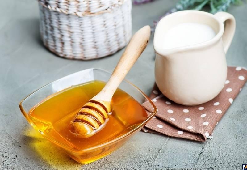 Мед с молоком при болях в горле