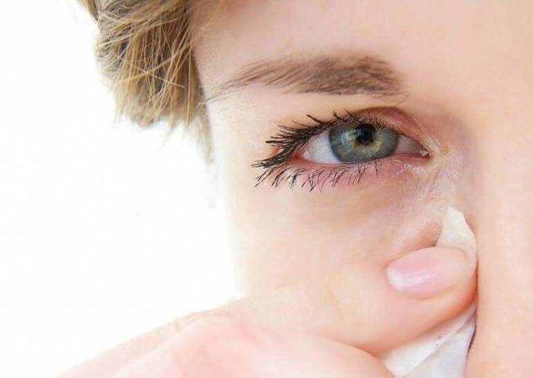 почему болят и слезятся глаза