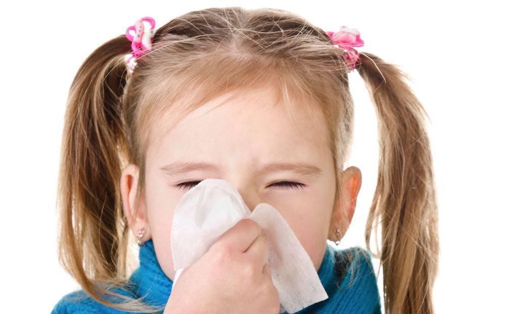 Ребенок постоянно чихает и текут сопли: что нужно предпринять