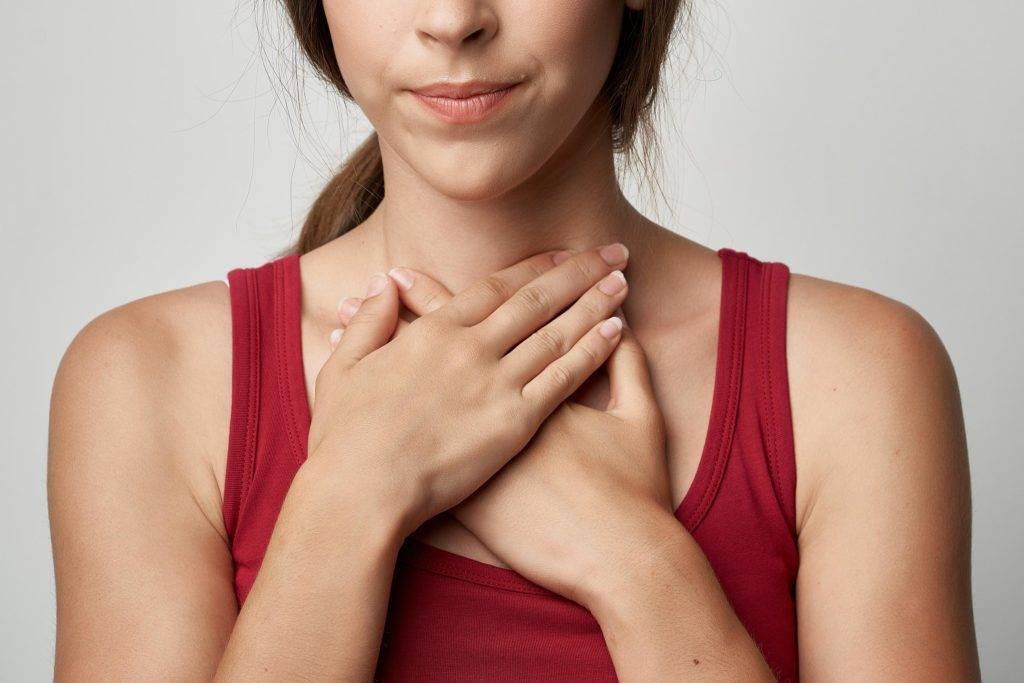 Сушит в горле: причины и лечение