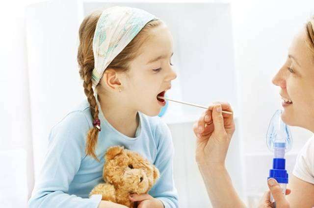 Белый налет в горле у ребенка