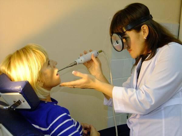 Чем полоскать горло при тонзиллите или обзор самых эффективных средств