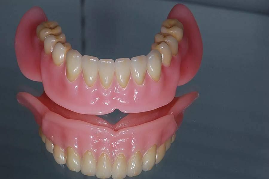 Подробные характеристики акриловых зубных протезов и их преимущества
