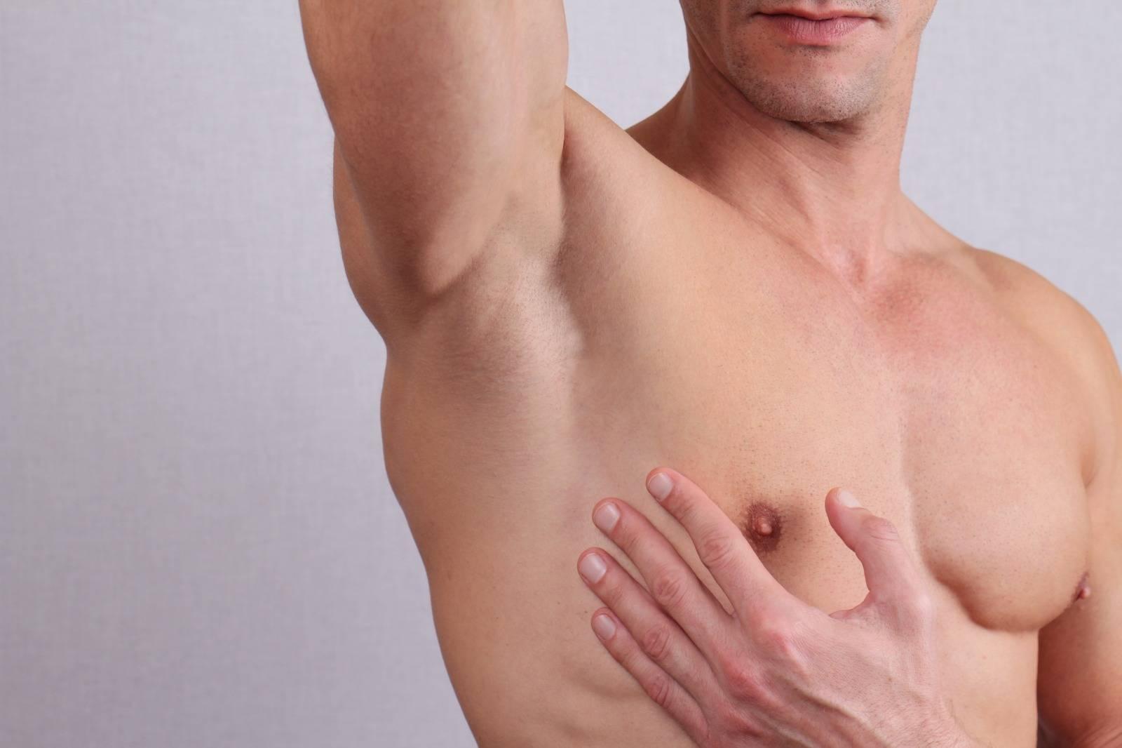У мужчины чуть болит грудь