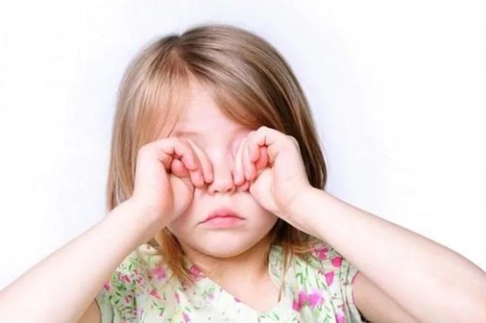 почему ребенок чешет глаза
