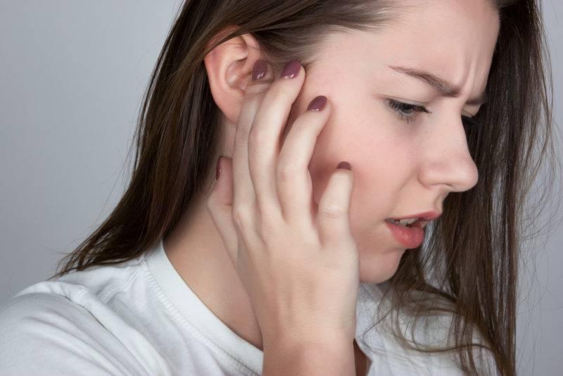 На сколько опасно возникновение гула в ушах, почему он появляется и как его лечить