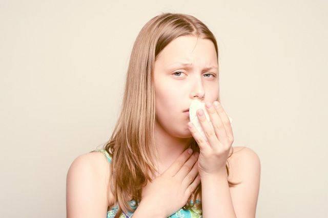 Как помочь себе при приступах сухого удушающего кашля?