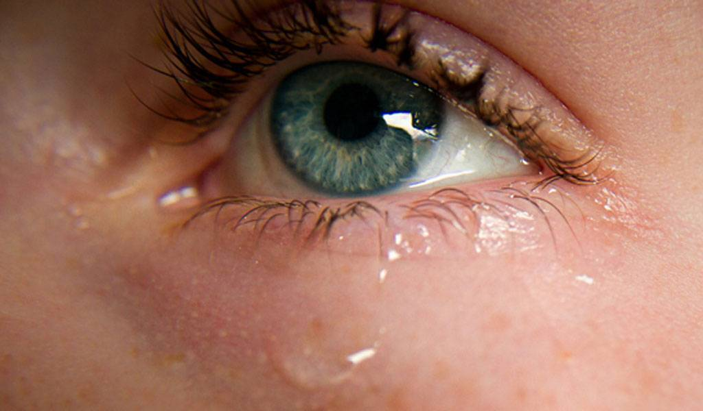 Выбор глазных капель от слезотечения на улице