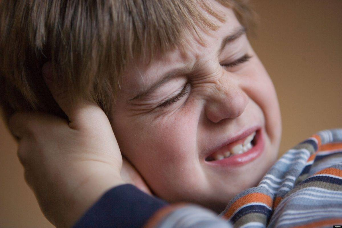 почему болит ухо у ребенка