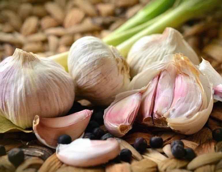 Чеснок при заболевании печени: можно ли употреблять, как влияет, если имеется гепатит с, способен ли овощ очистить орган, а также в какой дозировке его есть?