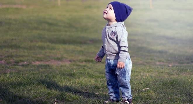 Что делать при насморке у ребенка: гулять или сидеть дома?