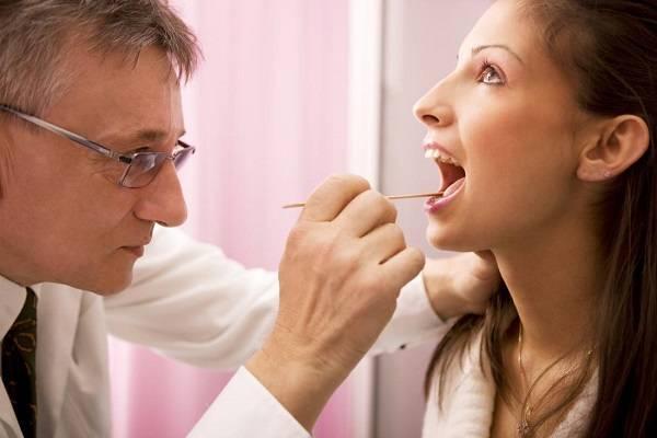 Герпес в горле (миндалинах, глотке, нёбе): симптомы, причины (ларингит, стоматит, ангина), лечение у взрослых, беременных и детей, осложнения (фото)