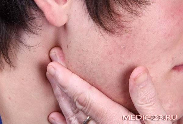 Боль за ухом – отчего появляется и что делать?