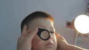 Ребенок часто моргает глазами – причины, которые должны насторожить родителей