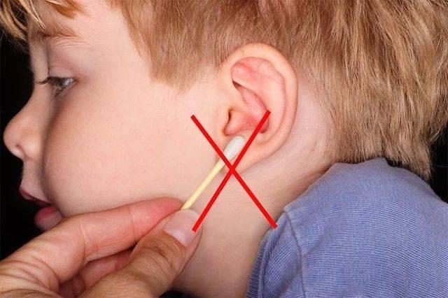 у ребенка из уха течет кровь