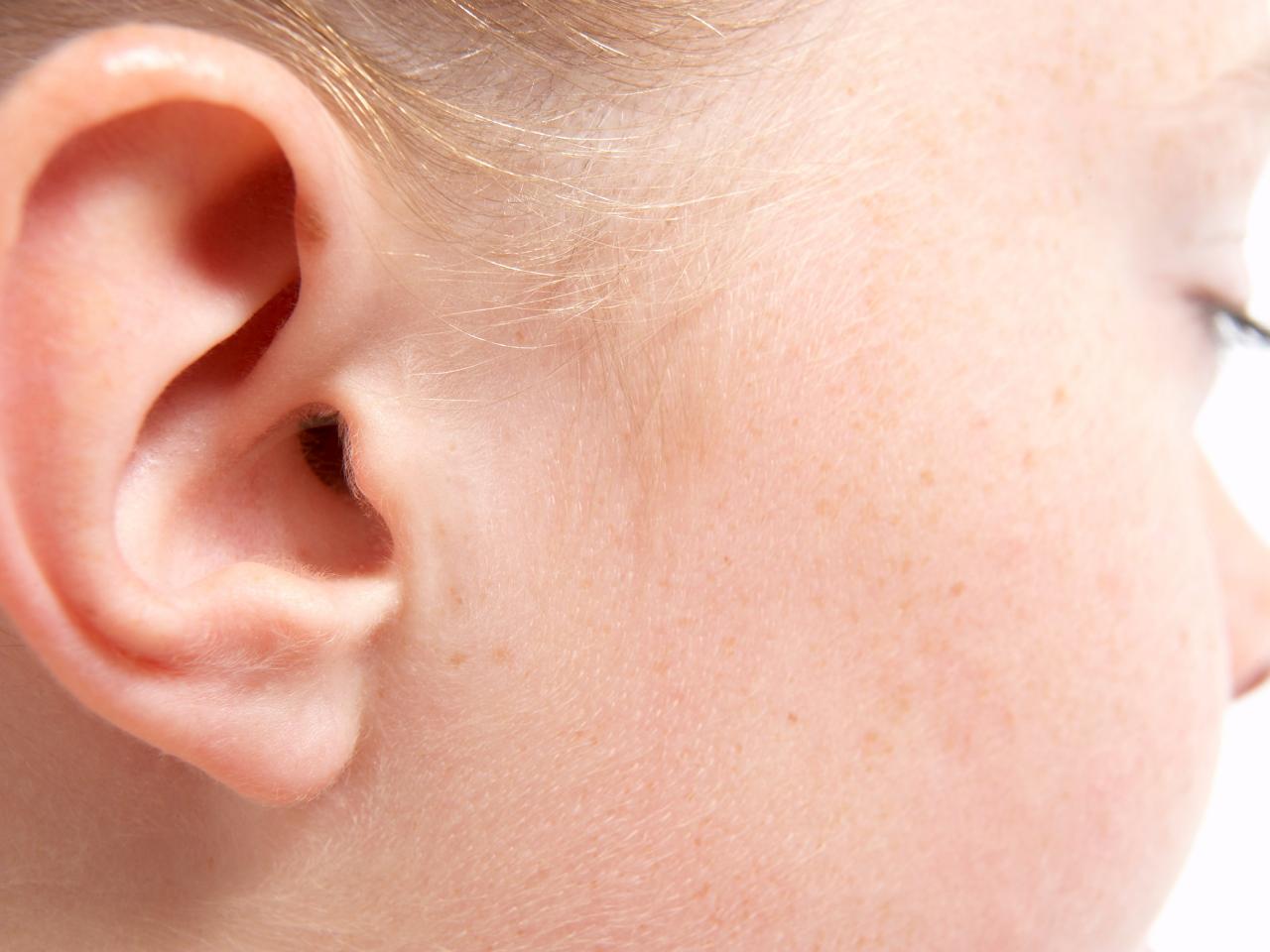 запах из уха у ребенка причины
