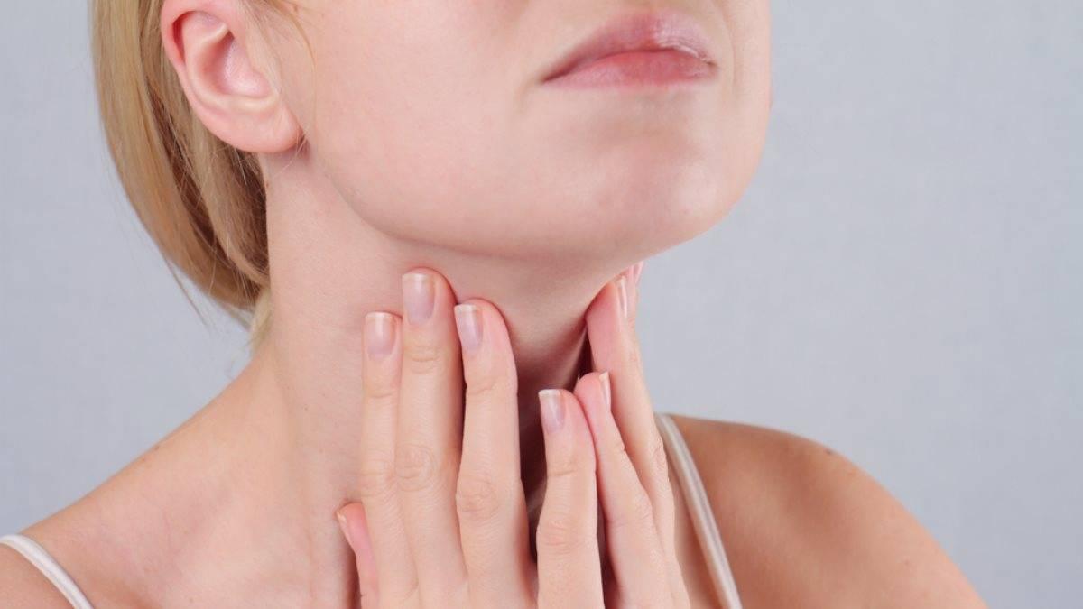 Почему першит в горле: причины и лечение