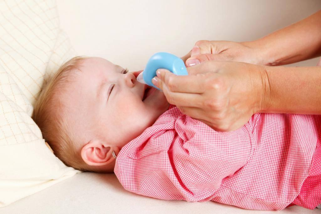 Насморк у грудного ребенка: как лечить и что делать