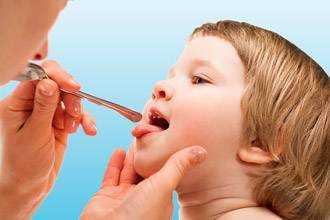 Болячки в горле у ребенка: лечение стоматита медикаментозными и народными средствами