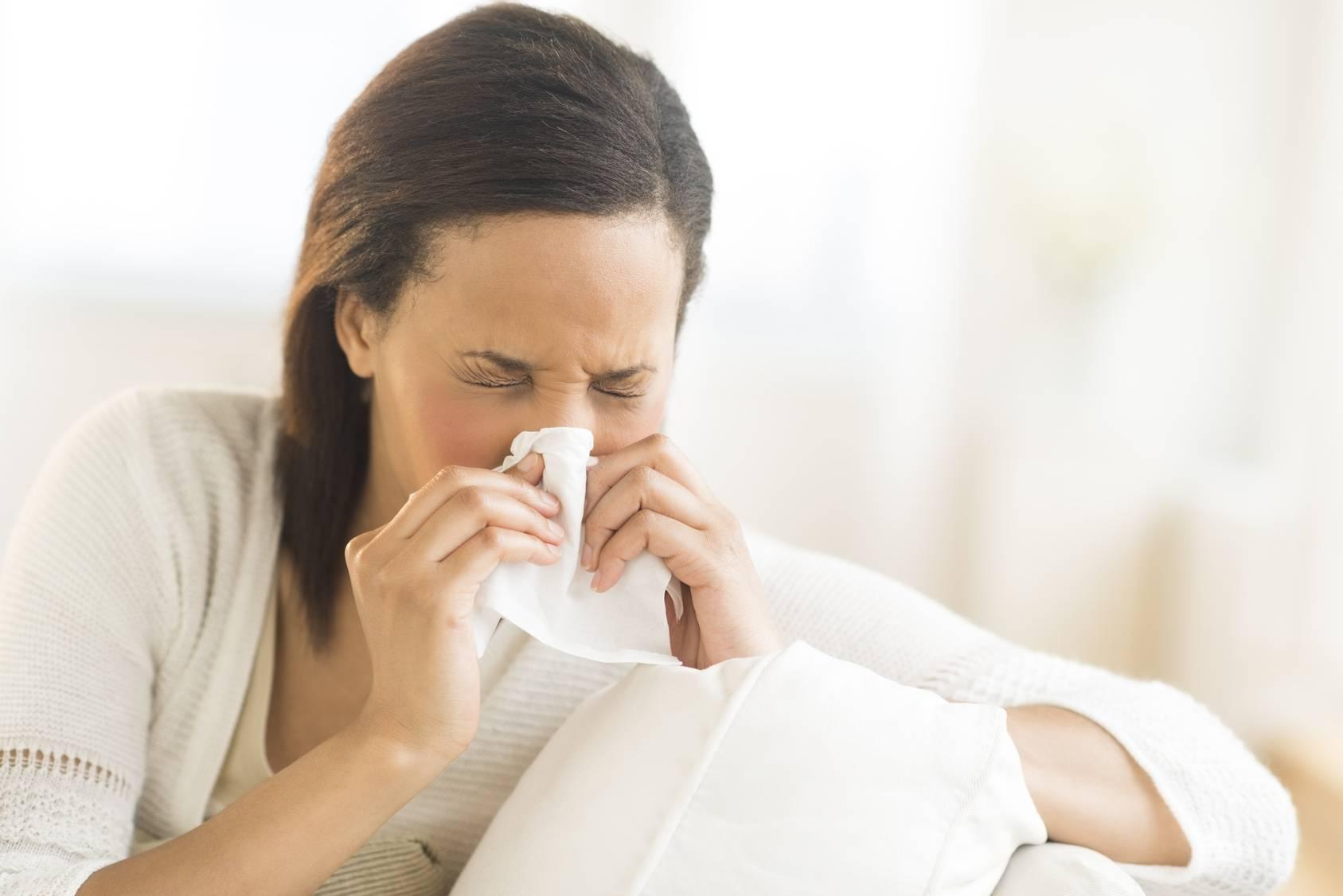 Простуда при грудном вскармливании: что делать маме?