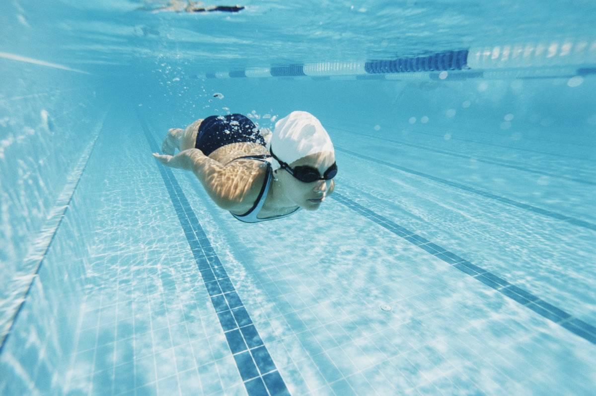 Можно ли с насморком идти в бассейн:  популярные вопросы и ответы на них