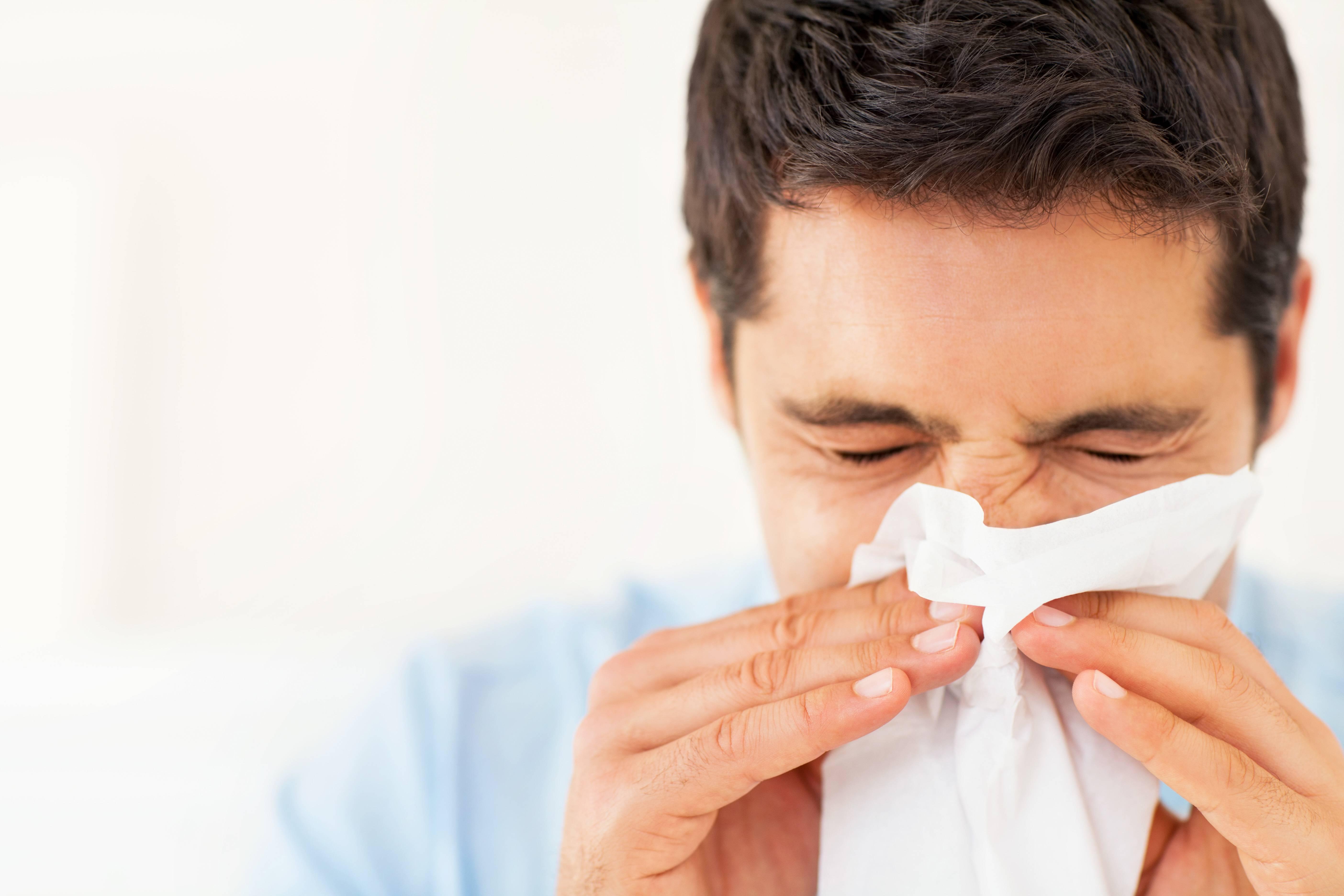 течет нос и чихание
