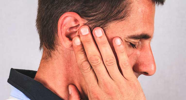 жировик на ухе