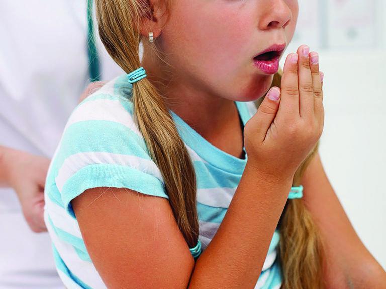 Влажный кашель с хрипами. чем лечить, если ребенок хрипит и кашляет. причины осиплости голоса