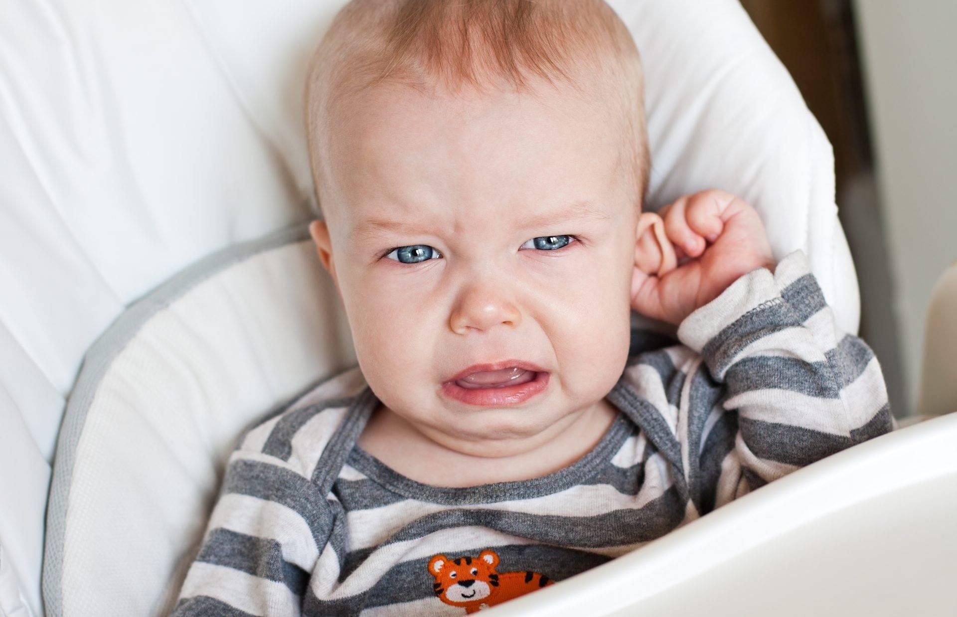 Как узнать что у новорожденного болит ухо