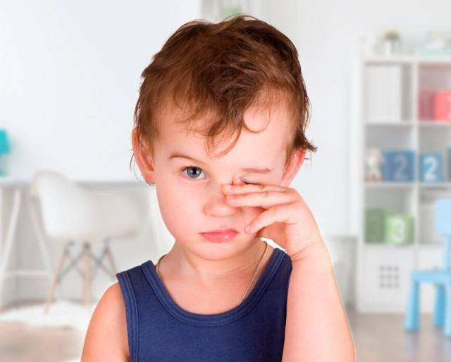У ребенка слезится один глаз и насморк, температура при прорезывании зубов
