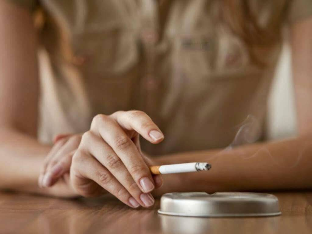 Можно ли курить при ангине (тонзиллите), когда болит горло