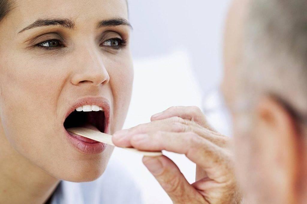 Как избавиться от сухости в горле (с иллюстрациями)