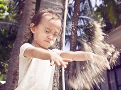 Ребенку засыпали глаза песком на площадке. как вымыть частицы и обработать глазки?