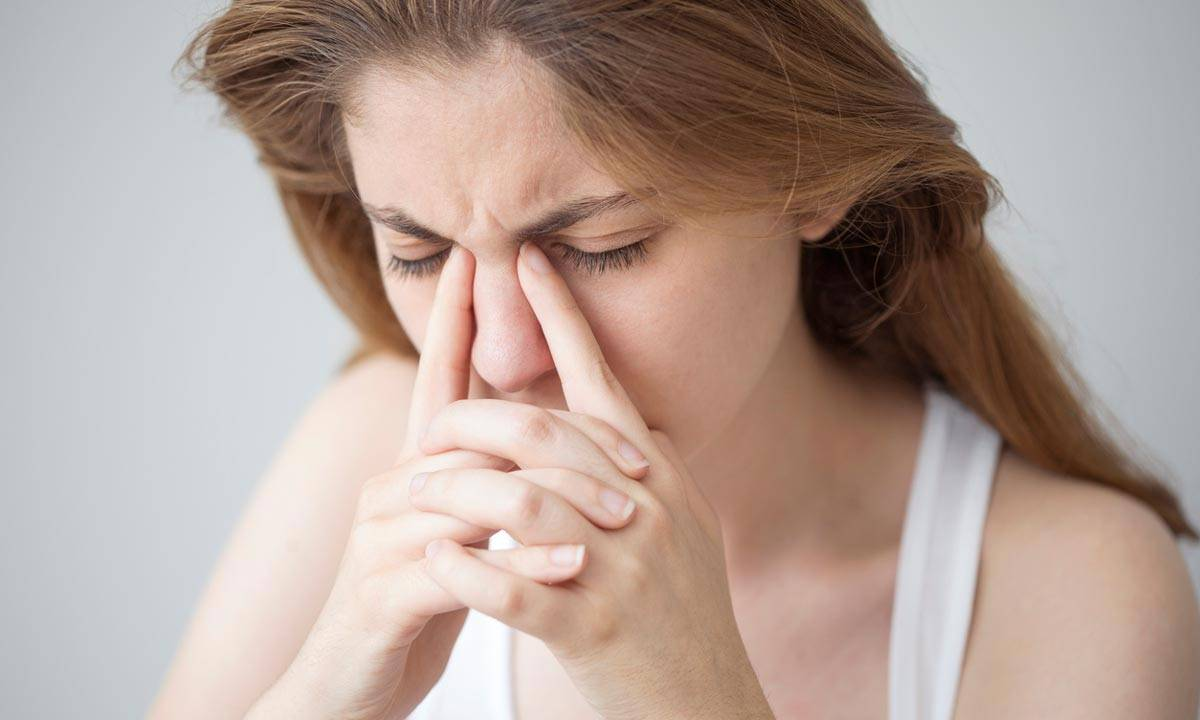 Слезится и болит один глаз причины и лечение