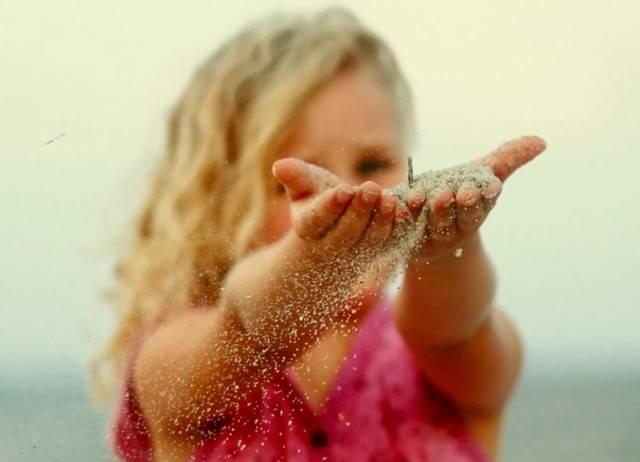 ребенку попал песок в глаза