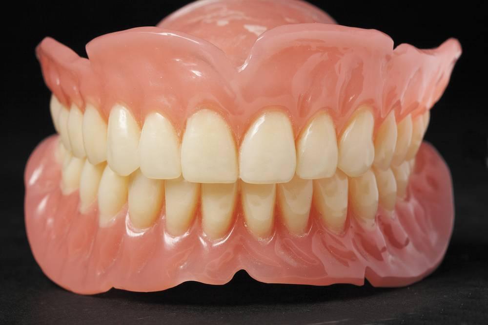 Виды съёмных зубных протезов и уход за ними