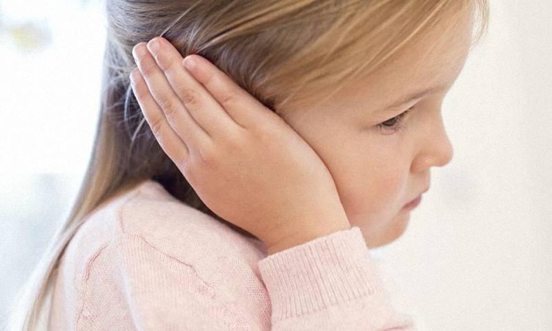 болит левое ухо