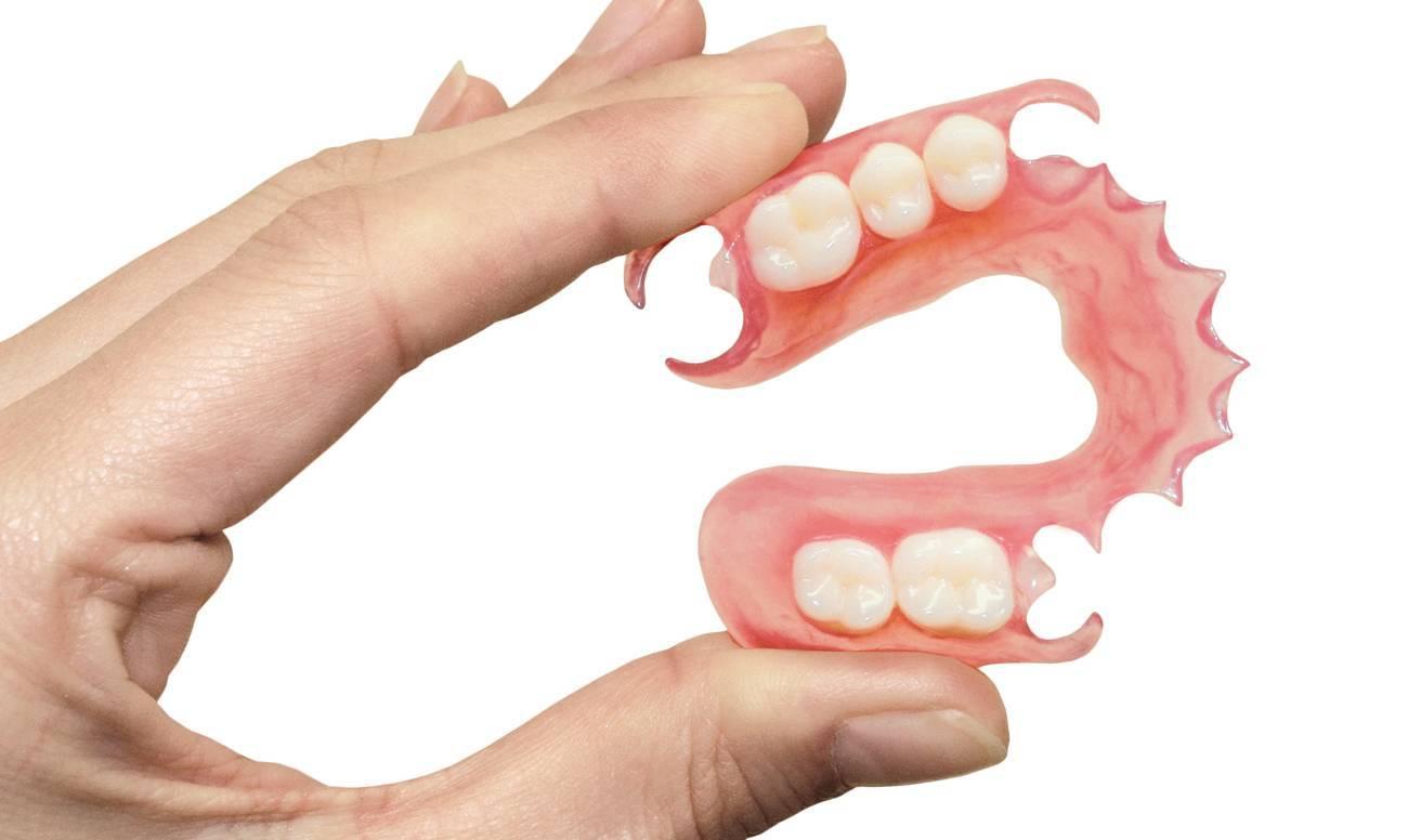 Какие съемные зубные протезы рекомендуют специалисты при полном отсутствии зубов?