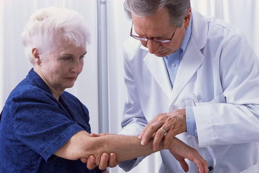 Какой врач лечит псориаз? нужно обращаться к дерматологу?